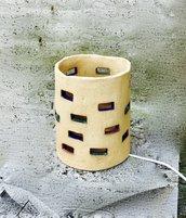 Lampada fatta in gres, un'argilla grezza, a mano.
