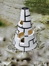 Lampada in ceramica, a forma di cono stile piramide, fatta a mano