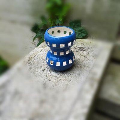 Lampada in ceramica fatta con il tornio. Di dimensione piccola, un 40 cm. Può essere ordinata anche di vari colori