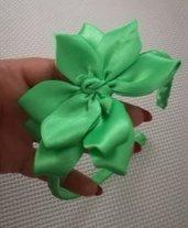 Cerchietto per capelli rivestito di nastro di raso con un fiocco in tinta di un bel colore verde