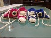 Scarpe per neonato modello Converse all'uncinetto