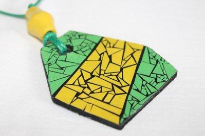 collana con ciondolo in legno nero mosaico