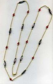 Collana lunga in cloisonne' nero floreale e resina rossa