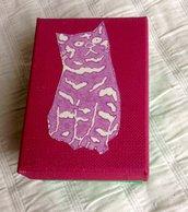 Scatola di cartone con figura di gatto
