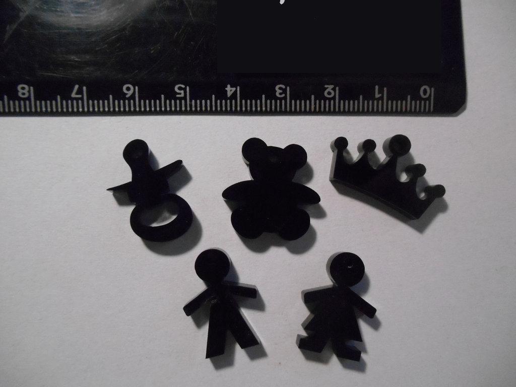 (112) Lotto ciondolini misti in plexiglass nero