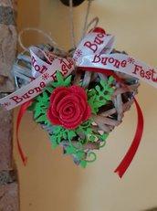 """Cuore in rattan con rose rosse """"buone feste"""""""