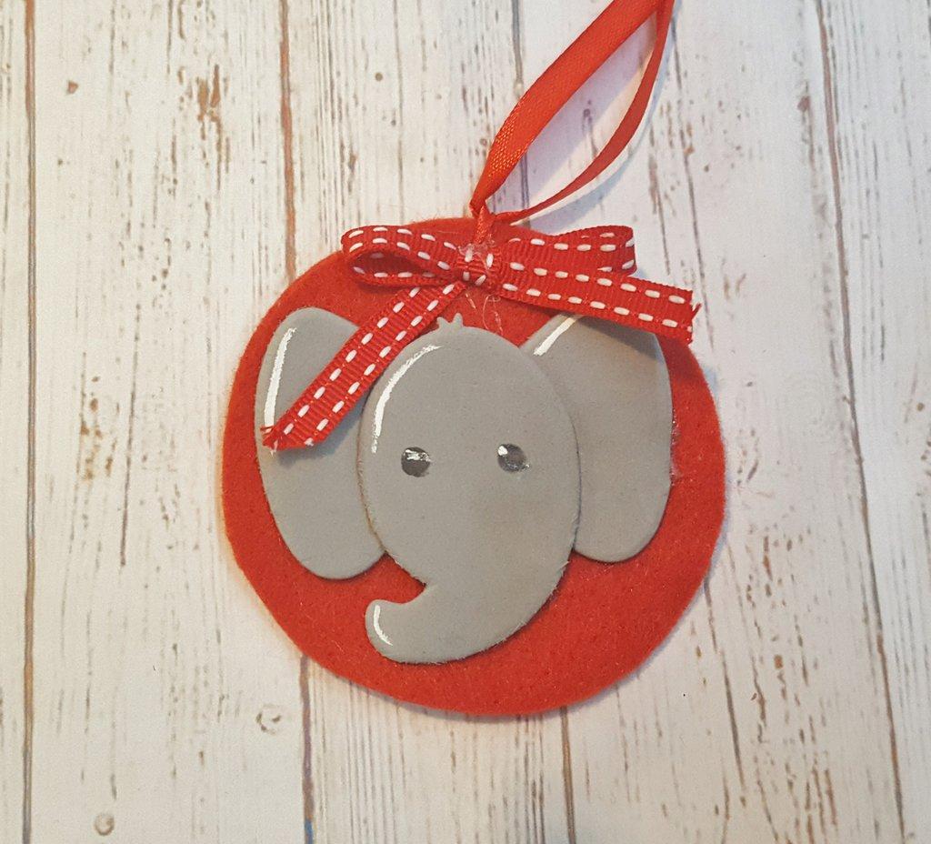 Decorazione natalizia rossa con elefante