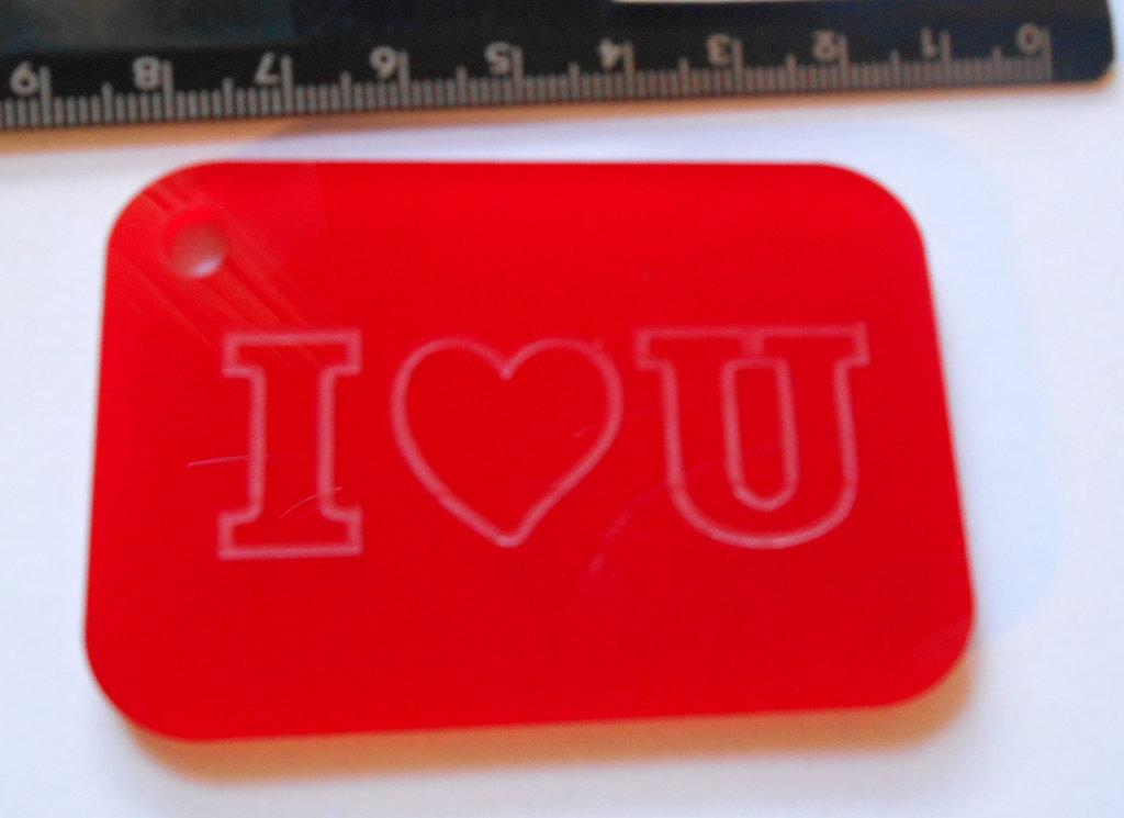 (158) ciondolo piastrina I LOVE YOU in plexiglass rosso