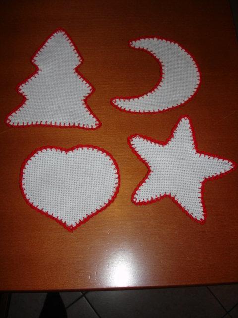 4 Decorazioni natalizia in tela aida rifinita all'uncinetto
