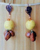 Orecchini pendenti con lana cotta senape e 3 pignette vere