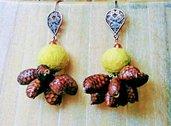 Orecchini pendenti con lana cotta e 8 pignette vere