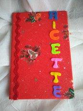 Ricettario foderato con tessuto di cotone rosso con disegni natalizi, merletto zig zag  e con lettere di pannolenci