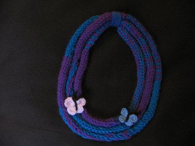 collana di lana con farfalle