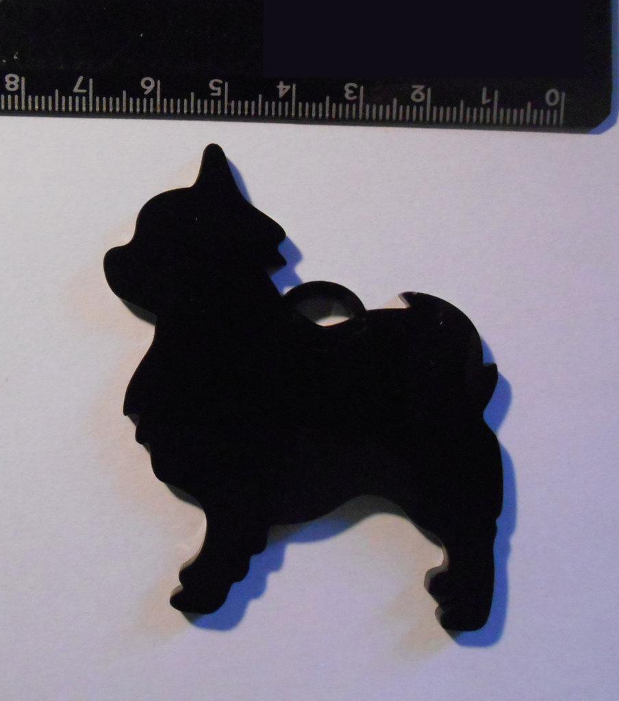 (190) Chihuahua ciondolo in plexiglass nero