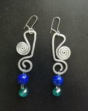 orecchini pendenti in alluminio e perle fatti a mano
