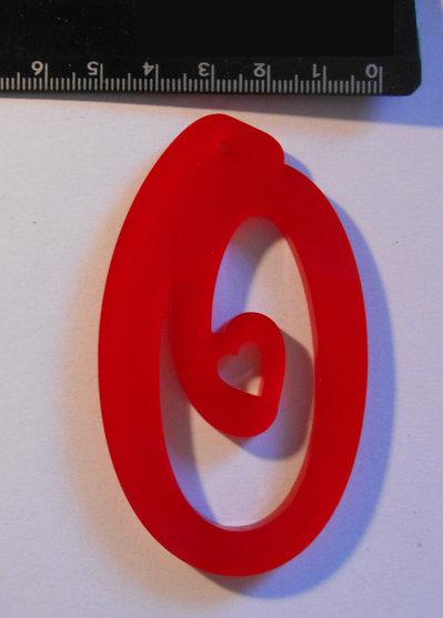 (154) Ciondolo lettera O in plexiglass rosso