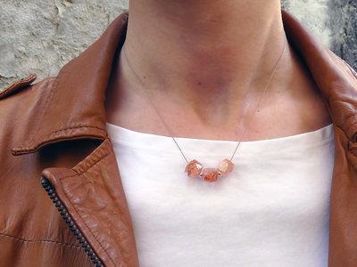Collana minimalista in filo di seta con pietre di Sunstone. Girocollo seta e Pietra del Sole. Idea regalo, Collana donna sottile. Collana pietre dure arancione