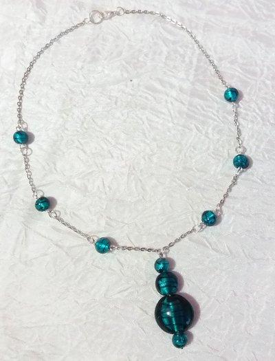 Girocollo con perle in vetro verdi con striature nere