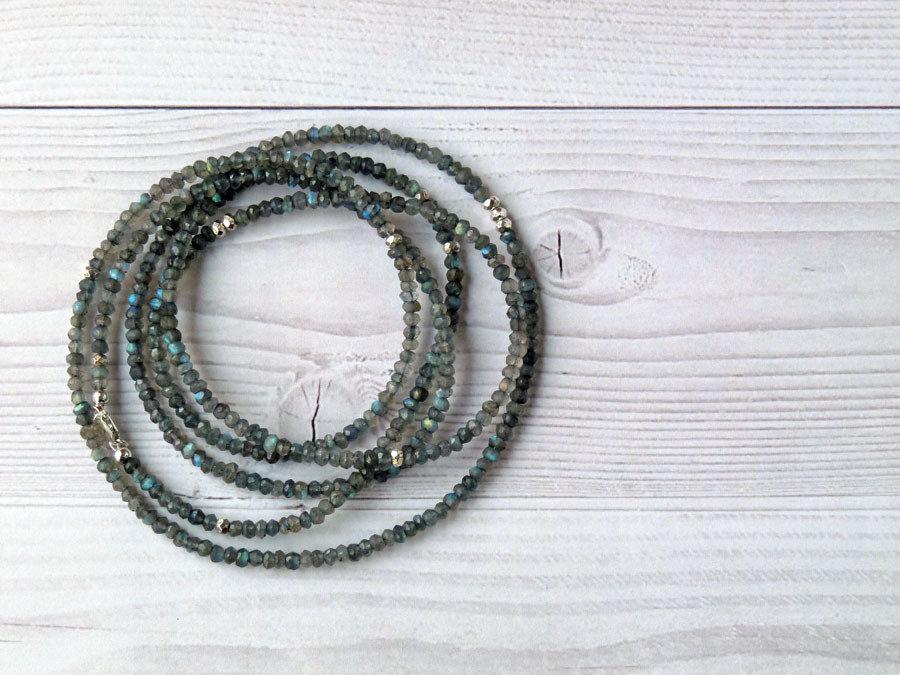 Collana lunga e sottile con pietre di Labradorite e pepite in Argento Puro. Collana artigianale Labradorite. Fatto a mano. Spedizione gratuita