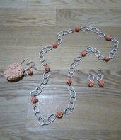 coordinato collana orecchini e spilla con roselline arancio chiaro
