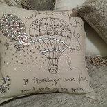 Federa cuscino dipinta a mano con disegno mongolfiera fiori e una frase amanti del viaggio