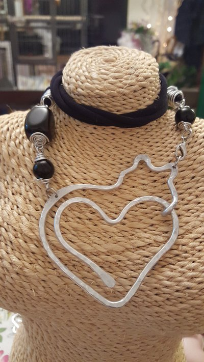 Collana girocollo gatto 2 in fettuccia di lycra, alluminio battuto e onice