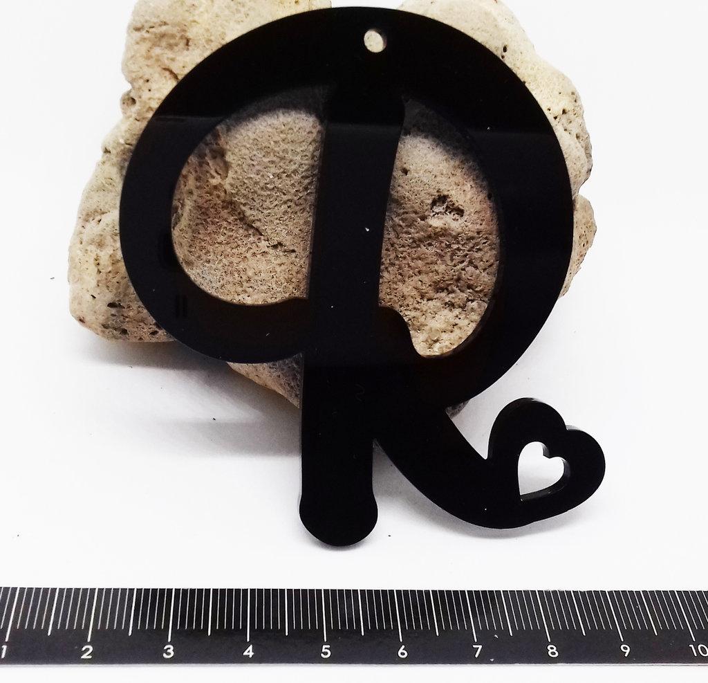 (348) Ciondolo lettera R in plexiglass nero