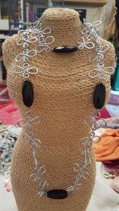 Collana lunga in alluminio battuto e onice