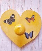 Appendiabiti a forma di cuore con farfalle
