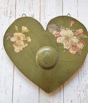 Appendiabito a forma di cuore decorato con fiori