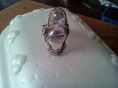 Bianco il colore delle perle sull'anello in filigrana