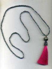 Collana elastica in mezzocristallo argento e pendente a nappa rosa fuchsia