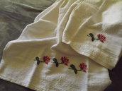 Coppia di asciugamani ricamati a mano