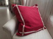Cuscino rosso in tessuto di cotone e con nastro decorativo