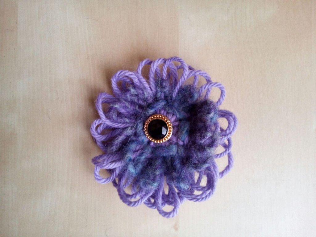 spilla fiore in lana fatta a forcella con bottone gioiello vintage nero e oro - broche - spilla gioiello