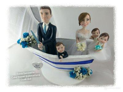 Cake topper caricatura sposi in barca con figli