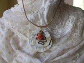 Collana con cordino di cuoio e ciondolo di pelle lavorata, alluminio e corallo, handmade Framarida