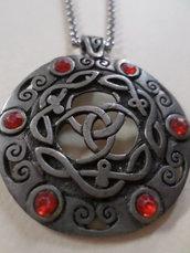 ciondolo argento antico con simboli celtici e cristalli rossi