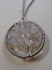 collana pendente forma di albero con pietre preziose di opale