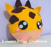 Cuscino Giocabbraccia Giraffa in morbido pannolenci fatto a mano.