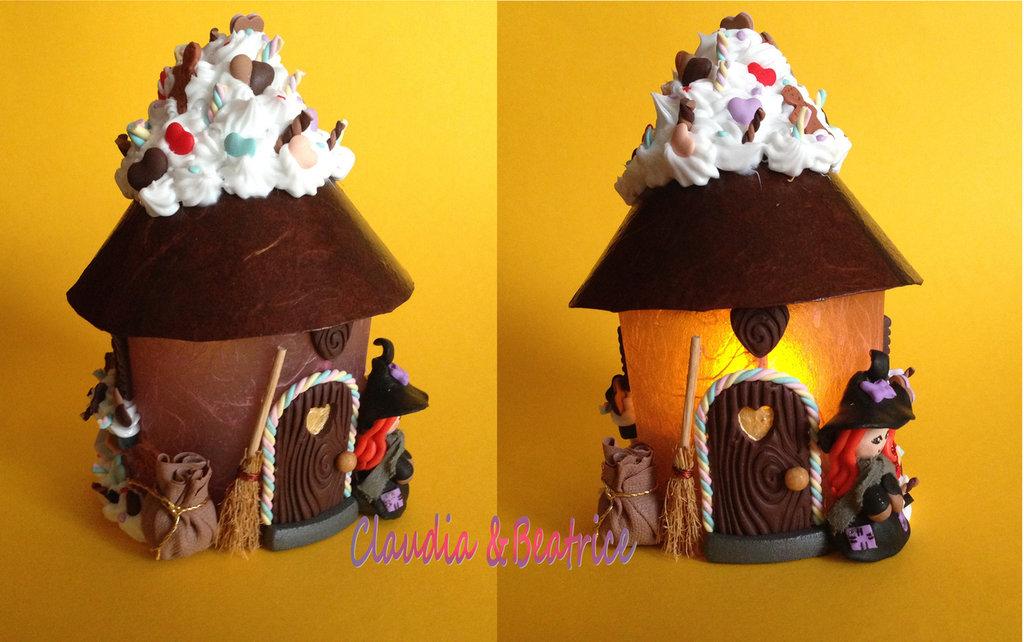 Lanterna casa della Befana con dolci e altre decorazioni fatte a mano in fimo. Idea regalo per Natale.