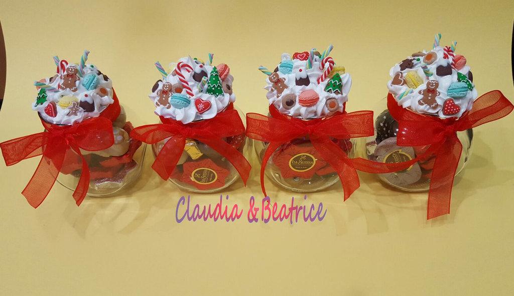 Barattolini portaspezie natalizi decorati con dolcetti fatti a mano in fimo. Ottima idea regalo per Natale.