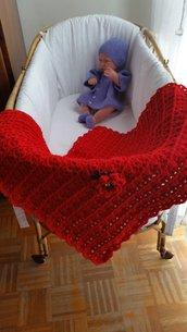 copertina per culla in lana rossa