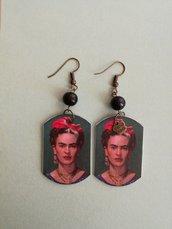 Frida Kahlo orecchini di carta pendenti con perla nera.