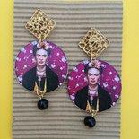 Orecchini di carta pendenti Frida Kahlo con perla nera.