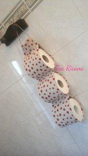 Porta rotoli cartaigenica beige con cuoricini rossi per tre rotoli