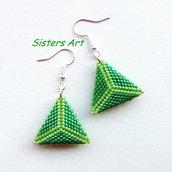 Orecchini verdi a triangolo doppio realizzati con perline delica Miyuki