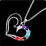Collana con ciondolo cuore e vere pietre dure dai colori dei 7 chakra
