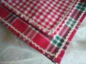 Coppia di asciugapiatti di tessuto tipo scozzese con contorno di merletto zig zag